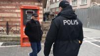 YAŞLI ADAM - (Özel) İstanbul'da Sokağa Çıkan Yaşlıların Polisi İkna Çalışmaları Kamerada