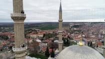 EKREM CANALP - Selimiye Camisi'nin Minarelerine 'Evde Kal Türkiye' Yazılı Mahya Asıldı