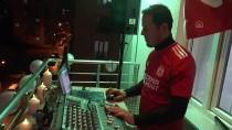 MEHMET AKİF ERSOY - Sivas'ta Amatör Müzisyen Evde Kalanlar İçin Balkondan Konser Verdi