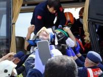 AKSARAY BELEDİYESİ - Midibüs İle Kamyon Çarpıştı, Sıkışan Sürücüyü İtfaiye Kurtardı