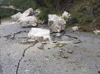 YAĞAN - Kopan Kayalar Yolu Kapattı