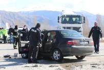 BİNALİ YILDIRIM - Erzincan'da Çekiciyle Otomobil Çarpıştı Açıklaması 3 Yaralı