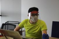 SOSYAL SORUMLULUK PROJESİ - Evde Başladıkları Siperli Maske Üretimini Üniversite Bünyesinde Sürdürüyorlar