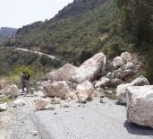 SAĞANAK YAĞIŞ - Tarsus'ta Heyelandan Kapanan Grup Yolu, Büyükşehir Belediyesi Ekipleri Tarafından Açıldı