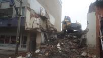 GÜNDOĞAN - Yıkım Yapan İş Makinesi Yandaki Binanın Duvarını Deldi