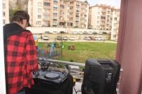 DJ - DJ Evinin Balkonundan Dışarı Çıkamayan Gençler İçin Çaldı