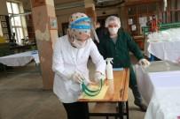 SOSYAL SORUMLULUK PROJESİ - Gönüllü Öğretmen Ve Okul Personeli Sağlıkçılara 'Koruyucu Yüz Siperliği' Üretiyor