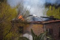 YANGINA MÜDAHALE - İzmir'de Eski Fabrika Binasında Yangın