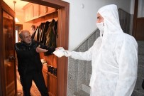KONYAALTI BELEDİYESİ - Konyaaltı Belediyesi  Kapı Kapı Dolaşıp Maske, Eldiven Ve Dezenfektan Dağıtıyor