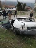 DİREKSİYON - Beton Bariyere Çarpan Araç İkiye Bölündü Açıklaması 4 Yaralı
