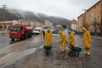 BİTLİS - Bitlis Belediyesi Kaldırım Ve Caddeleri Köpüklü Suyla Yıkıyor