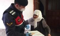 YAĞAN - Emet'te Jandarma Kapı Kapı Dolaşıp Yardımları Dağıttı