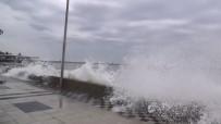 SAĞANAK YAĞIŞ - Fırtına Nedeniyle Marmara'da Dev Dalgalar Açıklaması Demir Korkuluklar Kırıldı