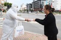 KONYAALTI BELEDİYESİ - Konyaaltı Belediyesi Sahada Maske Kiti Dağıtıyor