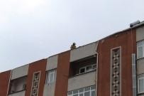 ŞİDDETLİ RÜZGAR - Şiddetli Rüzgar Nedeniyle 4 Katlı Binanın Çatısı Uçtu