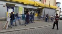 GAZI MUSTAFA KEMAL - Vatandaşlar Kuyruklarda Sosyal Mesafeyi Koruyor