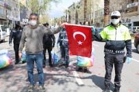MOBİLYA - Kahramanmaraşlı Esnaftan Polislere Yastık, Bayrak