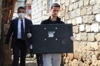 İL MİLLİ EĞİTİM MÜDÜRÜ - Müdür, 2 Kardeşe Eğitimden Uzak Kalmasın Diye TV Götürdü