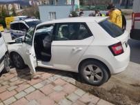DİREKSİYON - Otomobil Park Halindeki Kamyonete Çarptı; 1 Yaralı