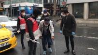 YAŞLI ADAM - (Özel) İstanbul'da Koltuk Değnekleriyle Dışarıya Çıkan Yaşlı Adam 'Pes' Dedirtti