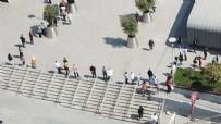 ALIŞVERİŞ MERKEZİ - AVM'ye giriş kuyruğu! Sosyal mesafe unutuldu