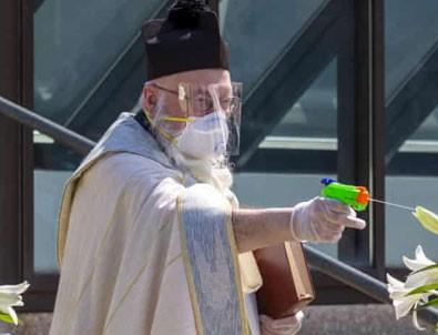 Su tabancasıyla kutsayan papaz!