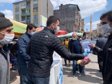 AK Parti Erzincan Gençlik Kolları Maske Dağıttı