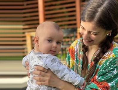 Hazal Kaya oğlu Fikret Ali ile yeni pozunu paylaştı!
