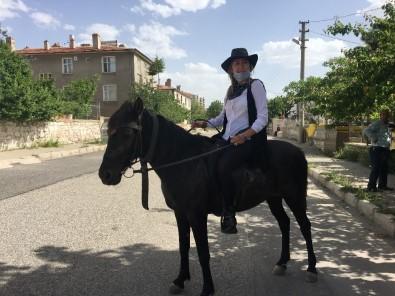 Mahallenin 'Kovboy Muhtarı' Atıyla Mahalleyi Geziyor