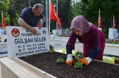 15 Temmuz Şehidi Gülşah Güler'in Annesi, Kızının Mezarını Çiçeklerle Donattı
