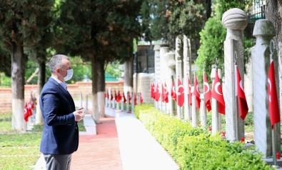 Başkan Büyükakın, Şehitlerin Kabirleri Başında Dua Etti