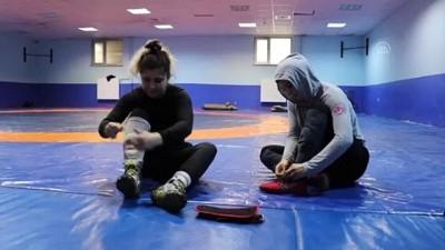 Olimpiyata Hazırlanan Kadın Güreşçiler Özel İzinle Mindere Döndü