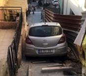 El Freni Çekilmeyen Otomobil Merdivenlere Uçtu, Faciadan Dönüldü