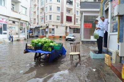 Lüleburgaz'da 20 Dakikalık Yağmur Sonrası Sokaklar Göle Döndü