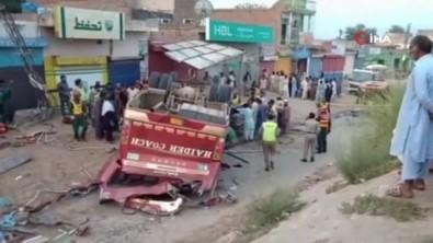 Pakistan'da Yolcu Otobüsü Kaza Yaptı Açıklaması 9 Ölü, 28 Yaralı