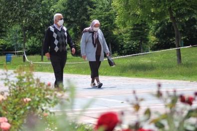 Yaşlılar Rengarenk Çiçeklerle Bürünen Parklarda Gezdi