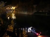 KURTARMA EKİBİ - Minibüs nehre uçtu: 4 ölü, 3 yaralı