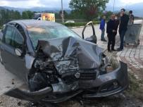 Bursa'da Kontrolden Çıkan Otomobil Duvara Çarptı Açıklaması 3 Yaralı
