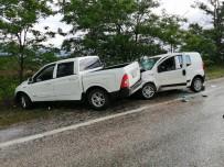 Yağmur Nedeniyle Kayganlaşan Yolda İki Araç Çarpıştı Açıklaması 4 Yaralı