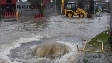 İzmir'de sağanak! Yollar yine göle döndü