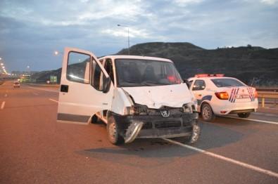 Minibüs İle Otoyola Ters Yönden Giren 6 Hırsızlık Şüphelisinden 4'Ü Yakalanarak Gözaltına Alındı
