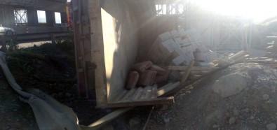 Sakarya'da İnşaat Malzemesi Yüklü Kamyonet Devrildi Açıklaması 2 Yaralı