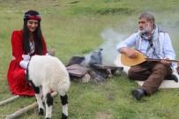 EZİLME TEHLİKESİ - Türkücü Aydın Aydın, annesiz kalan kuzuyu sahiplenerek rol verdi