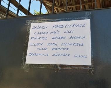 Evinin Kapısına Astığı Yazıyla Misafirleri Geri Çevirdi