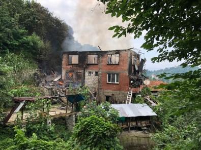Rize'deki Yangında 2 Katlı Ev Kullanılamaz Hale Geldi