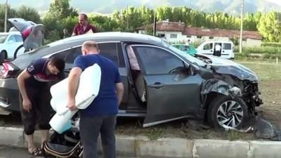 Tokat'ta Hafif Ticari Araç İle Otomobil Çarpıştı Açıklaması 8 Yaralı