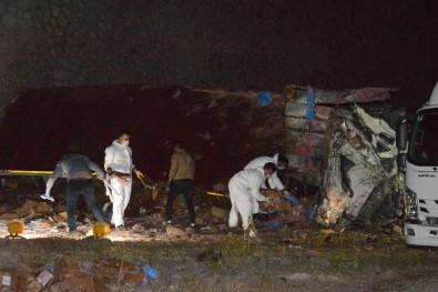 Patlayıcı yüklü kamyon devrildi: 2 ölü