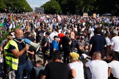 Berlin'de Covid-19 Tedbirleri 30 Binden Fazla Kişi Tarafından Protesto Edildi