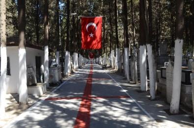 Kuşadası Adalızade Mezarlığı Kırmızı-Beyaz Renklere Büründü