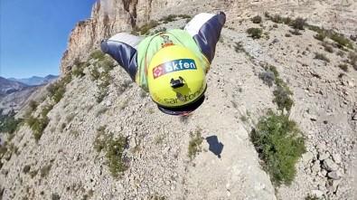 Profesyonel Base Jump Sporcusu Cengiz Koçak, Zafer Bayramı'na Özel Bir Atlayış Gerçekleştirdi